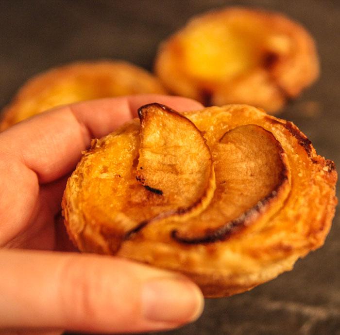 Leckere Pastais de nata gibt es in Portugal wirklich an jeder Ecke und in verschiedenen Variationen. Hier eine mit Apfel.